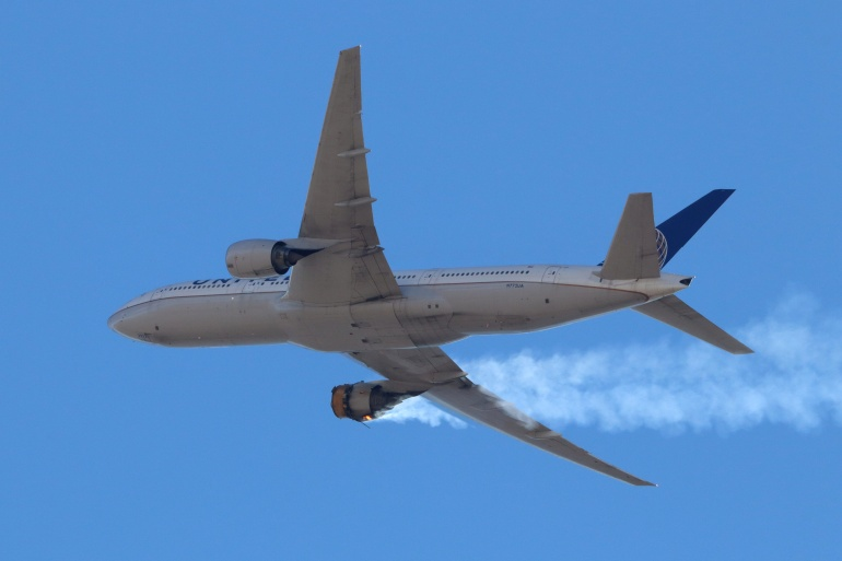 Penerbangan United Airlines UA328, yang membawa 231 penumpang dan 10 awak, terpaksa kembali ke Bandara Internasional Denver dengan mesin kanan terbakar setelah menaikkan peringatan Mayday pada hari Sabtu [Hayden Smith / @ speedbird5280 via Reuters]