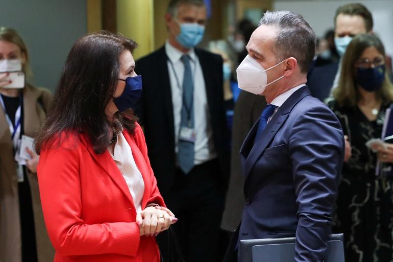 Menteri Luar Negeri Swedia Ann Linde berbicara dengan mitranya dari Jerman Heiko Maas selama pertemuan Menteri Luar Negeri Uni Eropa hari Senin di Brussels [Yves Herman / Pool via Reuters]
