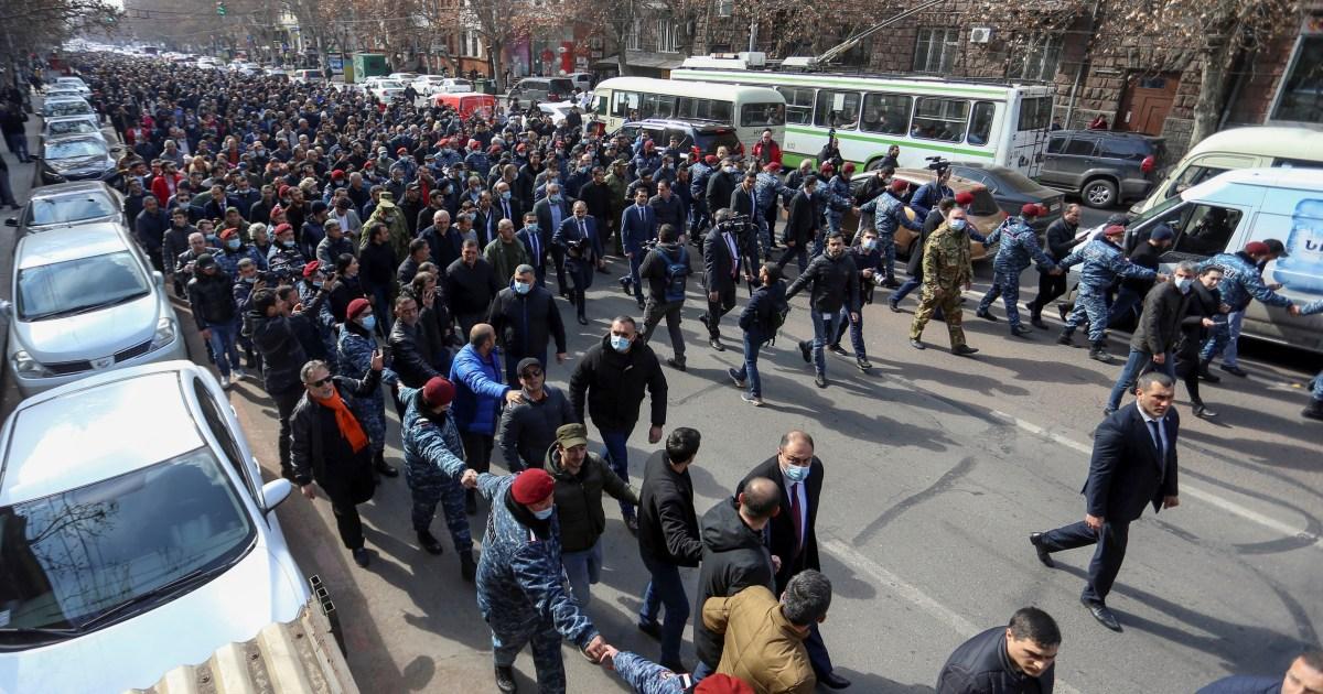 Protes mengguncang Armenia saat PM mengecam upaya 'kudeta': Pembaruan langsung thumbnail