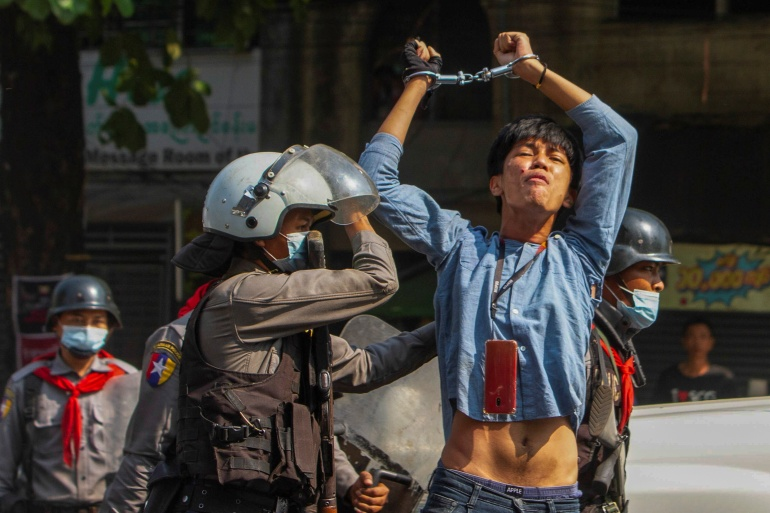 Myanmar protesters in running battle with security forces | Politics News |  Al Jazeera