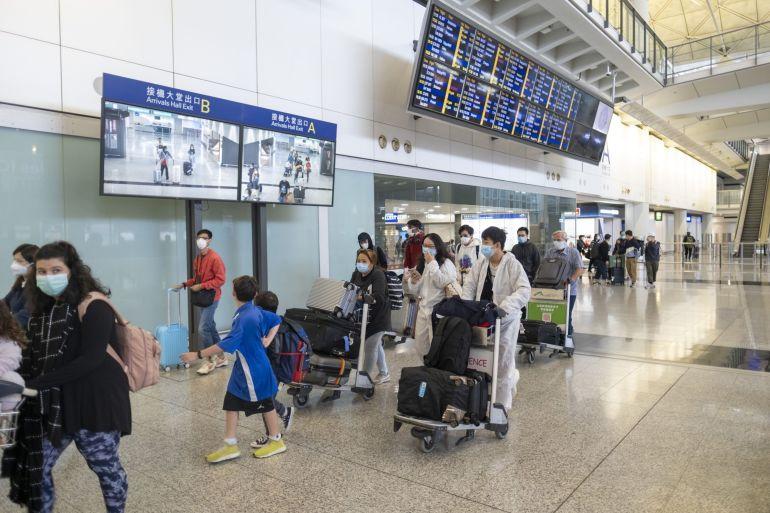 Hong Kong memiliki salah satu kebijakan karantina perjalanan yang paling ekstrim - penguncian hotel selama 21 hari yang menghancurkan jiwa menunggu penduduk yang datang dari luar China [File: Justin Chin / Bloomberg]