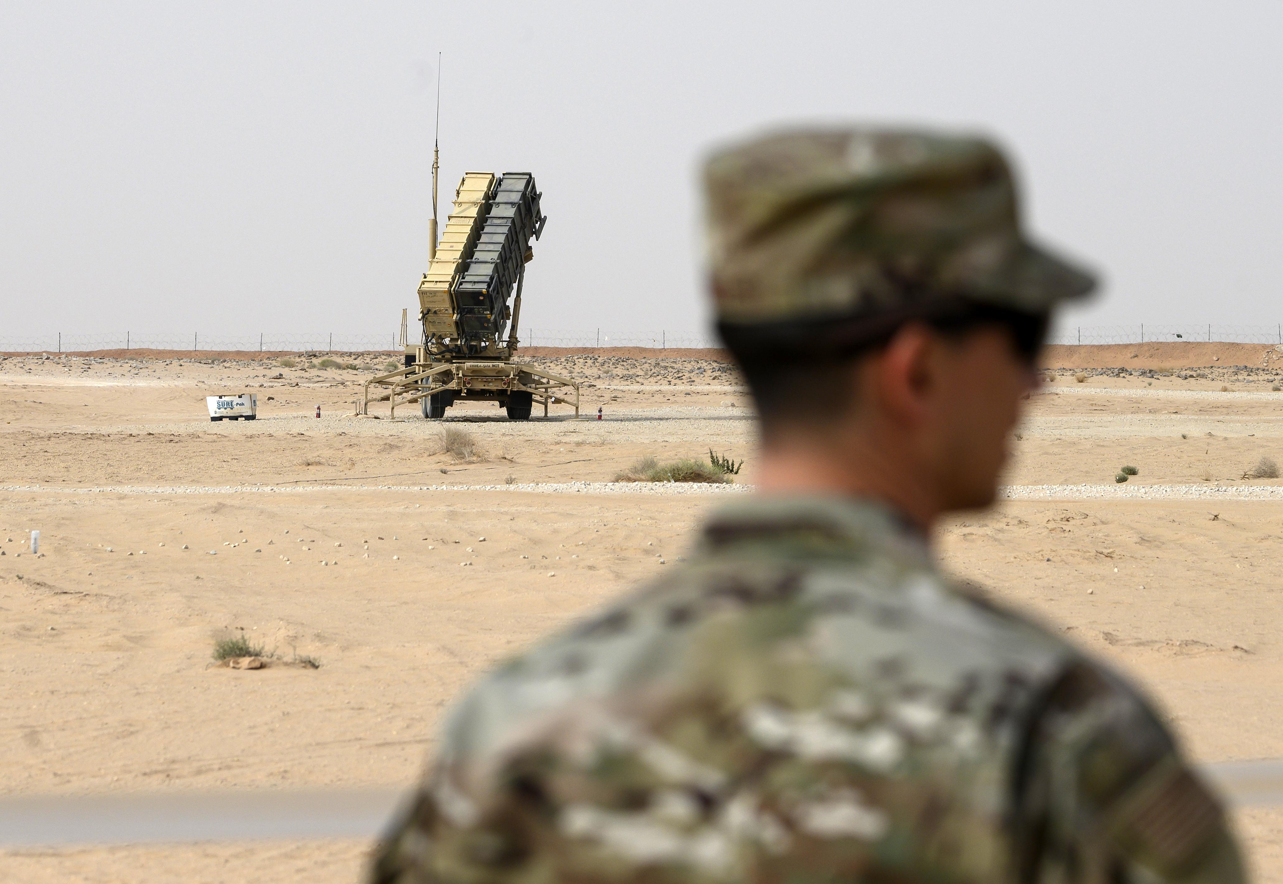 Um membro do exército dos EUA está perto de uma bateria de mísseis Patriot na base aérea Prince Sultan em al-Kharj, região central da Arábia Saudita [File: AP Photo]