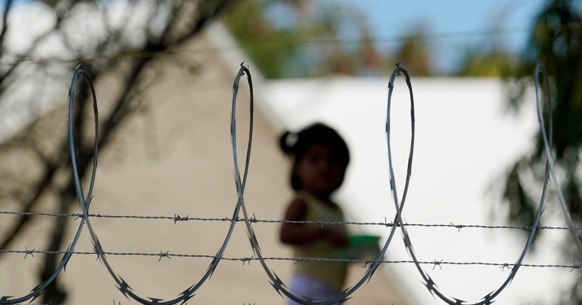 US to allow migrants from Mexico as critics slam 'kids in cages'