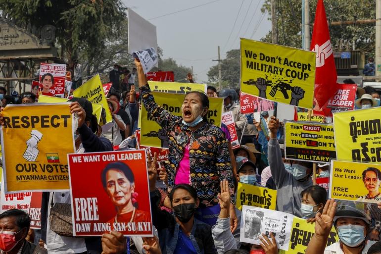 Демонстранты протестуют против ареста  правительства и предъявления обвинений законодателям партии Национальная лига за демократию в Мандалае, Мьянма, в четверг, 18 февраля 2021 г. [AP]