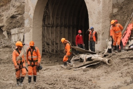 Rescue workers at the tunnel in Tapovan village where 39 people are trapped since Sunday [Bilal Kuchay/Al Jazeera]