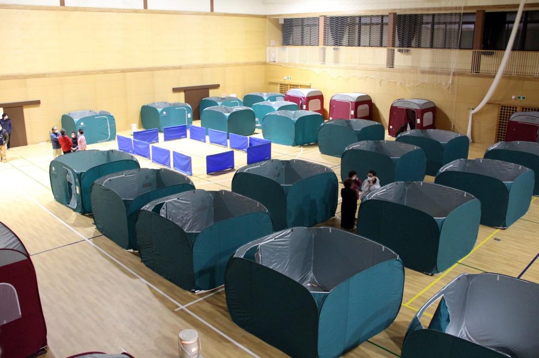 Tempat penampungan lipat didirikan di gimnasium di Soma.  Perusahaan Tenaga Listrik Tokyo mengatakan sekitar 860.000 rumah mati karena gempa, tetapi listrik secara bertahap pulih.  [Jiji Press melalui EPA]