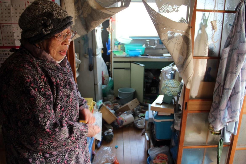 Seorang wanita mengamati kerusakan di dapurnya setelah gempa di Soma.  Badan penanggulangan bencana mengatakan 74 orang cedera telah dilaporkan di wilayah itu dan sekitar Tokyo.  [Jiji Press melalui EPA]