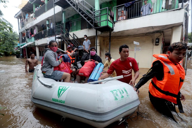 Tim penyelamat Indonesia mengevakuasi orang-orang di tengah banjir di Jakarta.  [Bagus Indahono / EPA]