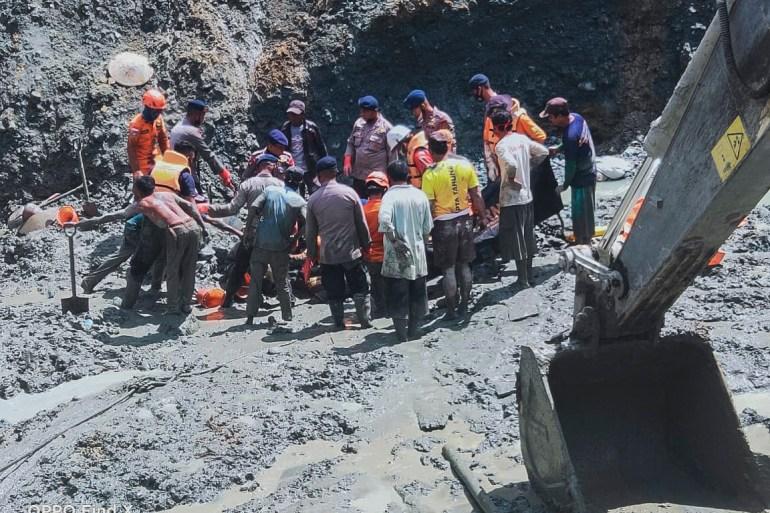 Pejabat bencana mengatakan curah hujan yang tinggi dan struktur tanah yang tidak stabil mungkin telah menyebabkan tanah longsor [Basarns Ho / EPA]