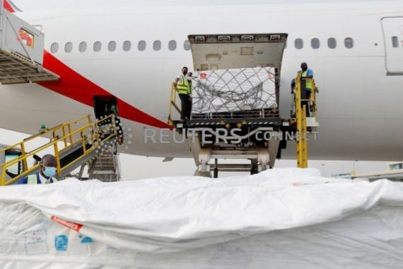Workers at the international airport of Accra offload boxes of AstraZeneca/Oxford vaccines [Francis Kokoroko/Reuters]