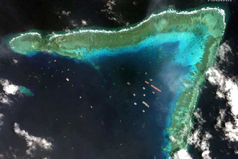 Sekitar 220 perahu pertama kali terlihat awal bulan ini di Whitsun Reef yang berbentuk bumerang, sebelah barat Pulau Palawan [Maxar Technologies via AFP]
