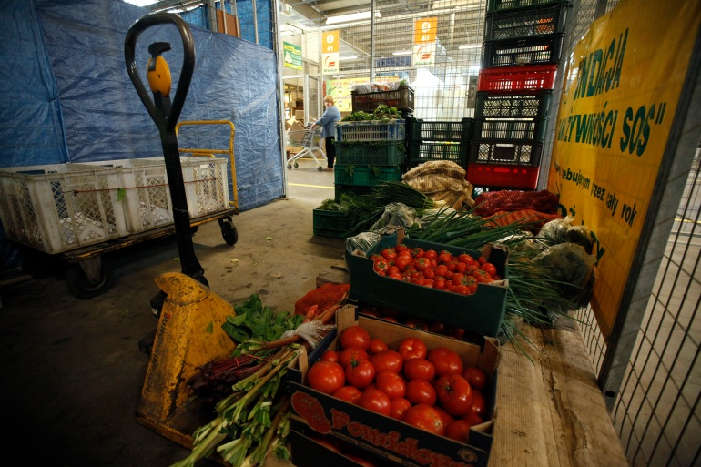 Mengurangi limbah makanan bisa lebih efektif dalam mengurangi emisi gas rumah kaca daripada beralih ke mobil listrik atau beralih ke pola makan nabati, menurut Penarikan Proyek nirlaba [File: Kacper Pempel / Reuters]