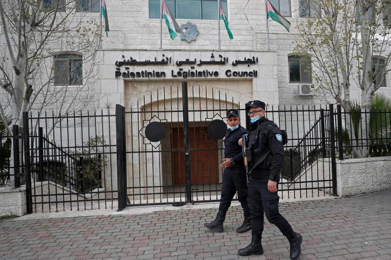Des policiers palestiniens gardent le conseil législatif palestinien à Ramallah, en Cisjordanie occupée par Israël, le 16 janvier 2021 [Mohamad Torokman / Reuters]