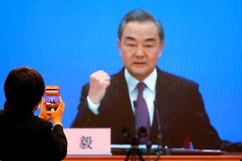 Wang tidak memberikan indikasi bagaimana Beijing akan bereaksi jika Biden tidak mengubah arah [Thomas Peter / Reuters]