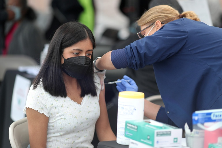 Mutasi yang kebal terhadap vaksin kemungkinan besar karena 'cakupan vaksin yang sangat rendah' di banyak negara, kebanyakan negara berkembang [Lucy Nicholson / Reuters]