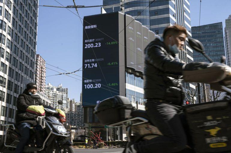 Indeks saham blue chip China merosot 1,9 persen, mungkin terkesima oleh pertukaran yang berapi-api antara diplomat China dan AS pada pembicaraan langsung pertama sejak Presiden AS Joe Biden menjabat [Qilai Shen / Bloomberg]