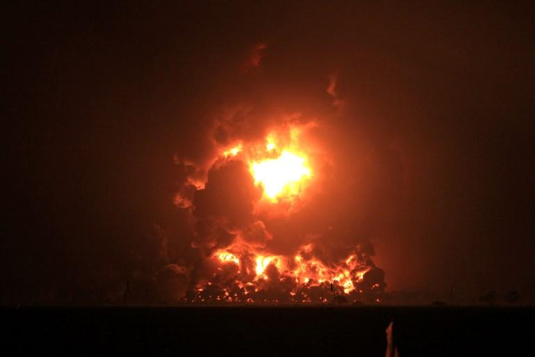 Kebakaran di Kilang Pertamina Balongan di Indramayu, Jawa Barat, Indonesia menerangi langit malam [File: AP Photo]