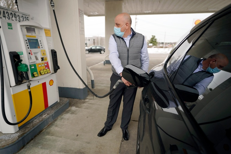 Lebih dari setengah kenaikan indeks harga konsumen all-items turun ke lonjakan tajam harga bensin di bulan Februari [File: Steven Senne / AP]