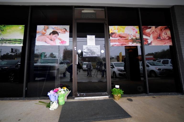 Sebuah peringatan darurat terlihat di luar salah satu bisnis spa yang ditargetkan oleh seorang pria bersenjata di Atlanta pada hari Selasa [File: Mike Stewart / The Associated Press]