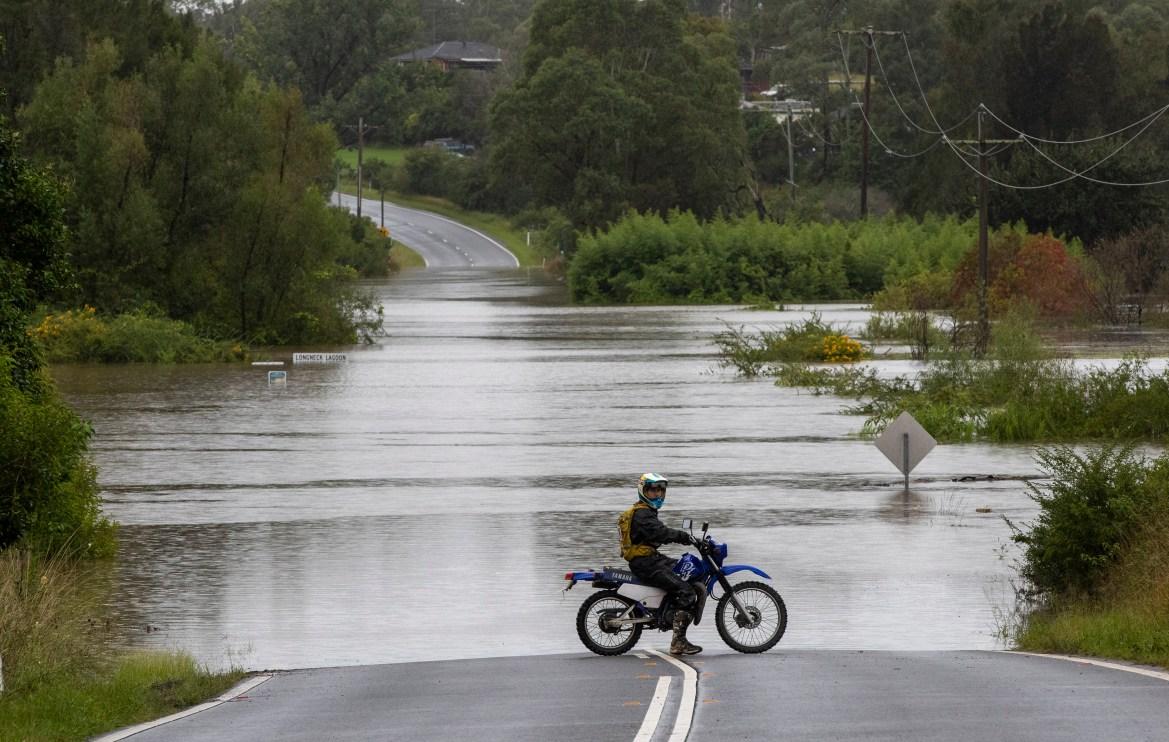 As pessoas foram incentivadas a ficar em casa e evitar viagens não essenciais, com os oficiais criticando aqueles que precisaram de ajuda depois de se aventurarem no tempo tempestuoso.  [Mark Baker / AP Photo]