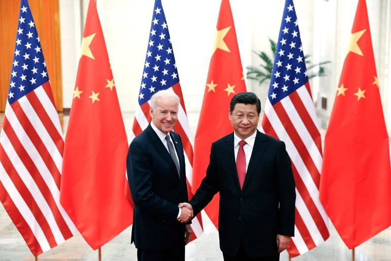 Presiden China Xi Jinping berjabat tangan dengan Wakil Presiden AS Joe Biden saat mereka berpose untuk foto di Aula Besar Rakyat di Beijing, China pada tanggal 4 Desember 2013 [File: AP / Lintao Zhang]