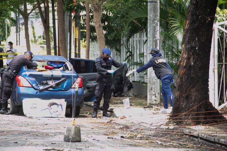 Polisi mengumpulkan forensik di TKP setelah pemboman di katedral di Makassar pada hari Minggu [Eko Rusdianto / Al Jazeera]