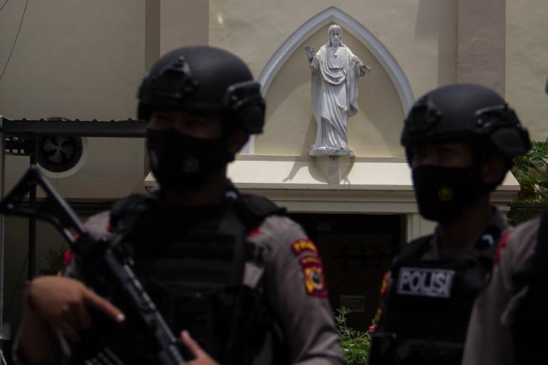 Gereja-gereja Indonesia telah meningkatkan keamanan setelah pemboman Katedral Hati Takut Yesus di Makassar Minggu lalu [Eko Rusdianto / Al Jazeera]