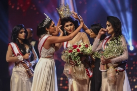 Jurie yanked the crown off de Silva minutes after she was declared Mrs Sri Lanka 2020 [AFP]