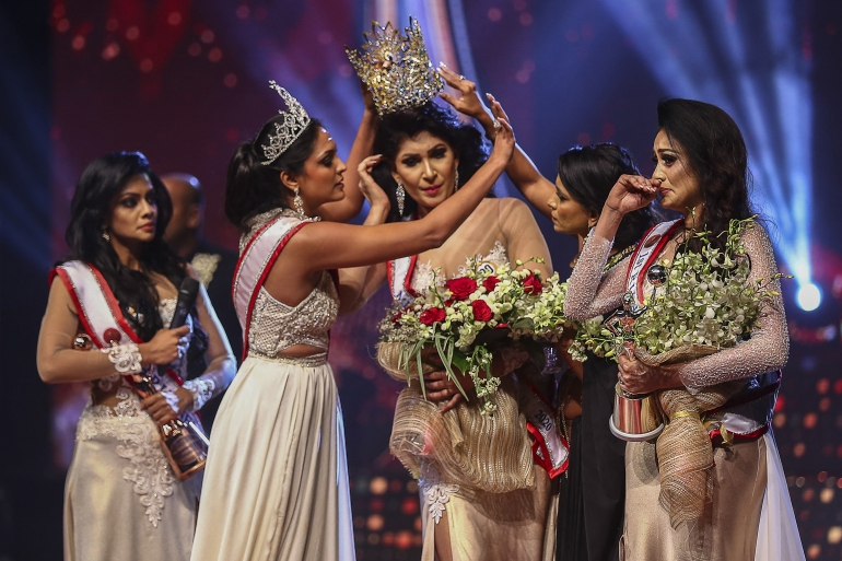 Jurie, (second from left), removing the crown of 2021 winner Pushpika de Silva, (centre), over accusation of being divorced, at the pageant in Colombo [AFP]
