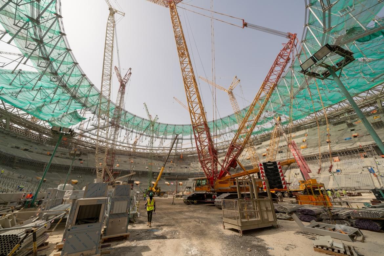 Die laufenden sekundären Stahlverstrebungen des Lusail-Stadions steigen, Lusail, Katar. [Sorin Furcoi/Al Jazeera]