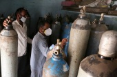 A shortage of oxygen cylinders in certain areas has Indian COVID-19 patients gasping for air [Sanjeev Gupta/EPA]