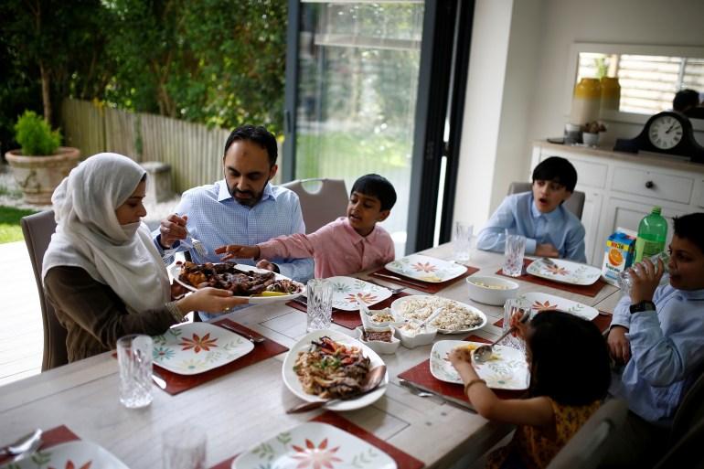 Umat Muslim biasanya pantang makan dan minum dari fajar hingga matahari terbenam selama Ramadhan, yang berlangsung selama empat minggu secara total [File: Henry Nicholls / Reuters]