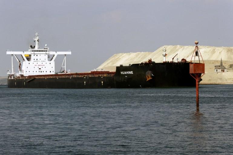 Sebuah kapal terlihat setelah berlayar melalui Terusan Suez saat lalu lintas dilanjutkan setelah kapal kontainer yang memblokir jalur air diapungkan kembali, di Ismailia, Mesir [Hanaa Habib / Reuters]