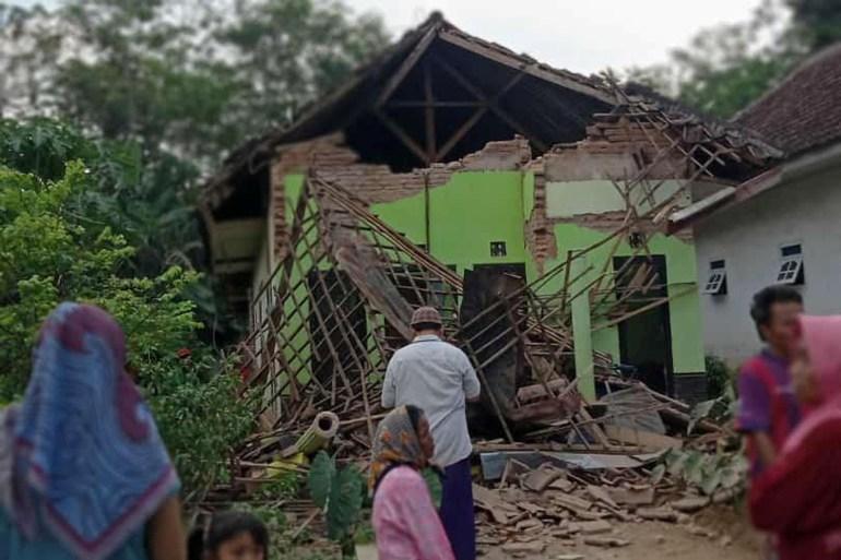 Sebuah rumah hancur akibat gempa bumi di Malang, provinsi Jawa Timur [Antara Foto via Reuters]