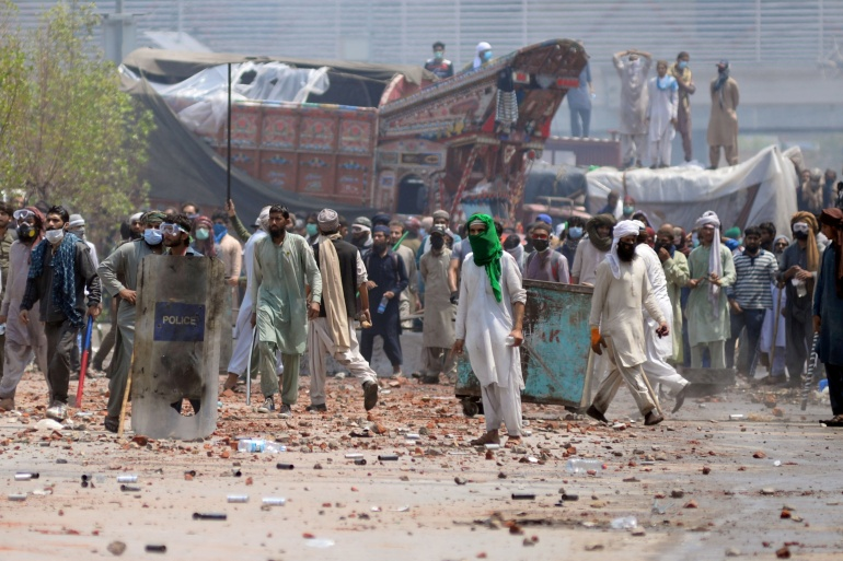 Clashes in Pakistan after TLP takes several police hostage | Pakistan News | Al Jazeera