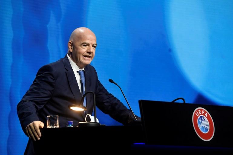 """""""Tugas kami adalah melindungi model olahraga Eropa, jadi jika beberapa memilih jalan mereka sendiri maka mereka harus hidup dengan konsekuensi pilihan mereka,"""" kata kepala badan sepak bola dunia, Gianni Infantino [Richard Juilliart / UEFA / Reuters]"""