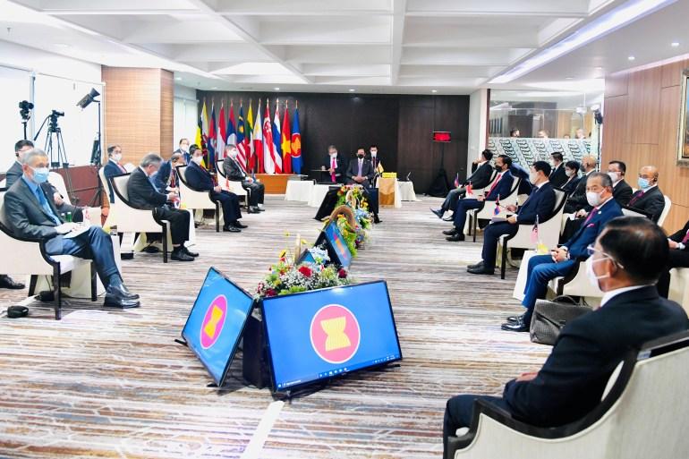 Para pemimpin ASEAN bertemu di gedung sekretariat organisasi di Jakarta [Laily Rachev / Istana Kepresidenan Indonesia / Handout via Reuters]