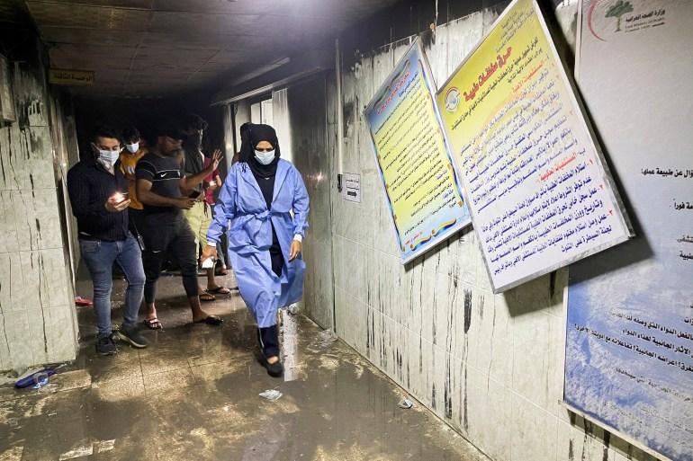 Se ha confirmado la muerte de al menos 27 personas en el incendio que arrasó una UCI para pacientes con COVID-19 [Thaier al-Sudani / Reuters]