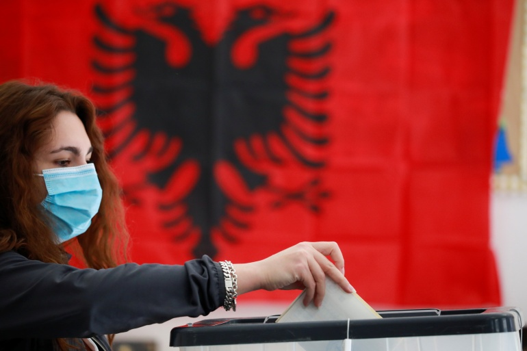 Tirānas parlamenta vēlēšanu laikā sieviete nodod savu balsi [Florion Goga / Reuters]