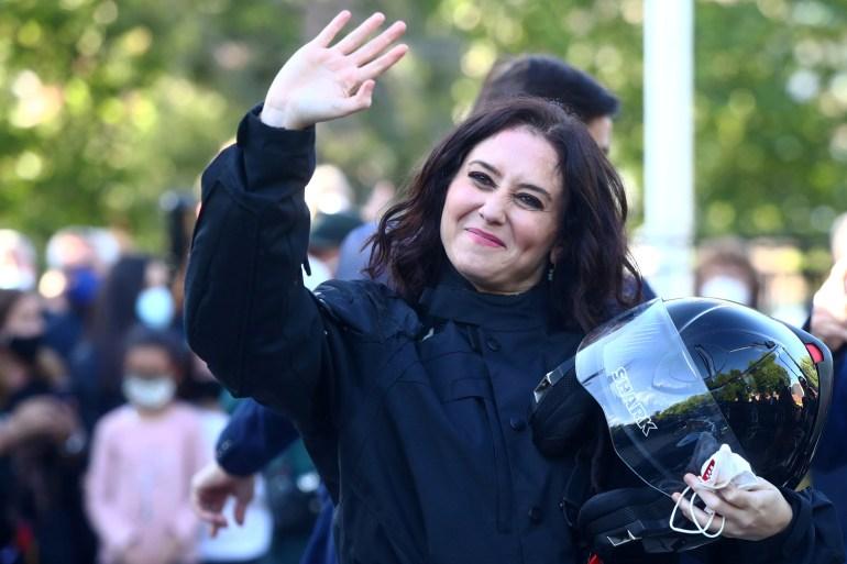 Pemimpin pemerintah daerah Madrid Isabel Diaz Ayuso melambai kepada para pendukungnya saat tiba dengan sepeda motor untuk menghadiri acara pemilihan menjelang pemilihan daerah di Valdemoro, Spanyol, 29 April 2021 Sergio Perez/Reuters