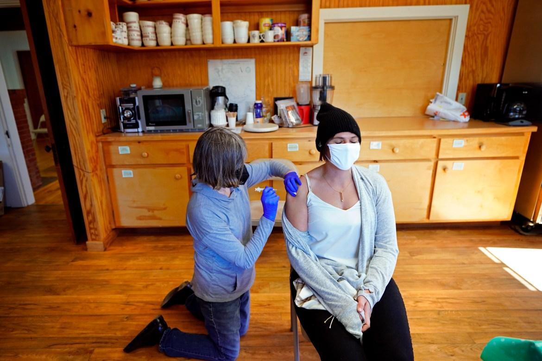 Perawat Sharon Daley memberikan vaksin COVID-19 kepada Hollie Stanley di klinik darurat di dapur pusat komunitas di Great Cranberry Island, Maine, Amerika Serikat.  [Robert F Bukaty / Foto AP]