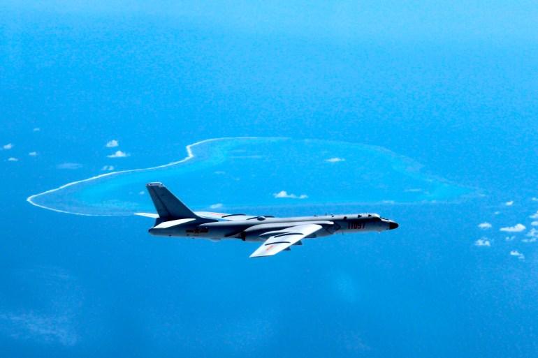 Dalam foto file tak bertanggal yang dirilis oleh Kantor Berita Xinhua, seorang pembom H-6K China berpatroli di pulau dan terumbu di Laut China Selatan [File: Liu Rui / Xinhua via AP Photo]
