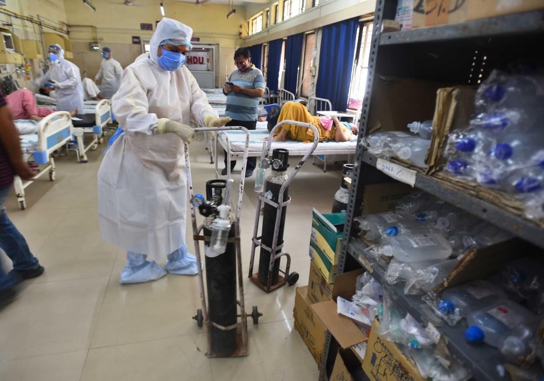 Medısınskıı rabotnık sortırýet kıslorodnye ballony v bolnıse ESIC (Indıra Gandı) v Djılmıle, Nıý-Delı.  [Radj Radj / Hindustan Times cherez Getty Images]