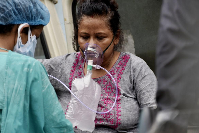Pasıent s COVID-19 postýpaet v gosýdarstvennýıý bolnısý v Kalkýtte.  [Indranıl Adıtıa / NurPhoto cherez Getty Images]