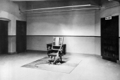 A view of the death chamber and electric chair in Sing Sing Prison [File: Underwood Archives/Getty Images)