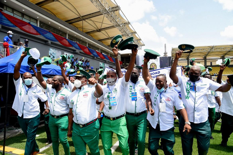 Anggota Persatuan Pekerja Transportasi Jalan Nasional mengangkat topi mereka saat mereka berbaris untuk merayakan Hari Buruh Internasional di Lagos  Inflasi di Nigeria melonjak ke level tertinggi empat tahun lebih dari 18 persen pada Maret, dengan harga pangan naik 20 persen, menurut Biro Statistik Nasional  Pius Utomi Ekpei / AKP