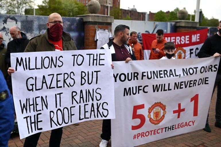 Pendukung mengangkat spanduk saat mereka memprotes pemilik Manchester United, di luar stadion klub Liga Premier Old Trafford File Oli Scarff / AFP