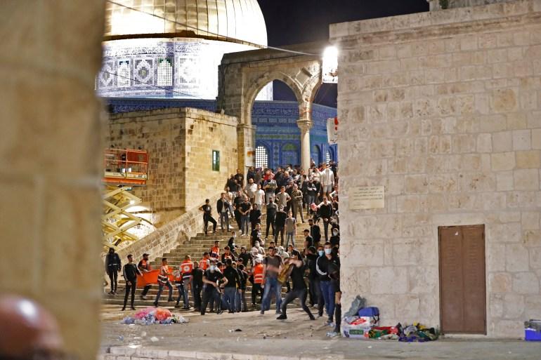 Filistinli protestocular, Kudüs'teki El Aksa Camii yerleşkesinde İsrail polisi ile çatıştı [Ahmad Gharabli / AFP]