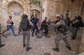 Palestinian protesters run from Israeli forces in Jerusalem's Old City on May 10, 2021, ahead of a planned Jewish settler march to commemorate Israel's takeover of Jerusalem in the 1967 Six-Day War. [Emmanuel Dunand/AFP]