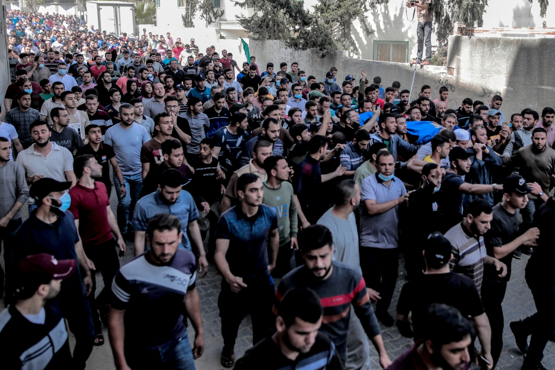 Puluhan warga Palestina berbaris dalam prosesi pemakaman Sabre Suleiman, 39, dan putranya Saber dan Mohammed di Kota Gaza  Hosam Salem / Al Jazeera